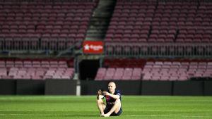 Andrés Iniesta sitter ensam kvar på Camp Nou långt efter att matchen tagit slut.
