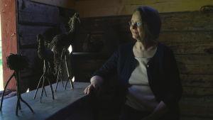 Konstnären Tarja Heikkilä med fåglar av björkris.