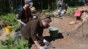 Felix Smeds deltar för första gången i en utgrävning.