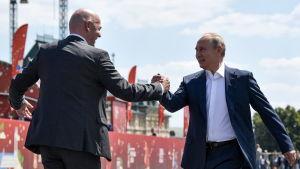 Infantino och Putin skakar hand
