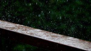 Ulkona sataa.