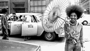 Funklaulaja Betty Davis nauraa kadulla. Arkistokuva dokumenttielokuvasta Betty: They Say I'm Different.