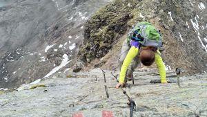 På vissa ställen övergår vandringen i klättring.