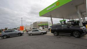 Lång kö vid bensinpumparna då Florida Panhandle evakueras.
