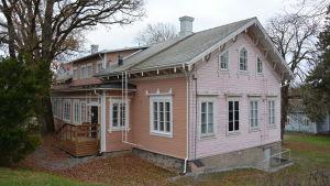 Gamla Kommunalstugan i Pargas är en träbyggnad målad i ljusrött.