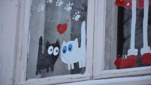Julfönster med två katter i Raunistula i Åbo.