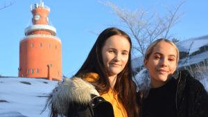 två flickor i vintermiljö