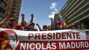 """Anhängare till president Nicolás Maduro demonstrerar under en """"antiimperialistdag"""" i Caracas den 20 februari"""