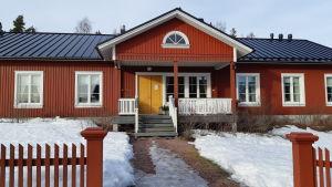 Westerby gårds hotell är en röd byggnad med svart tak.