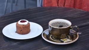 En runebergstårta och en kaffekopp