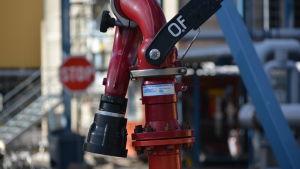 en röd apparat och ett rött stop märke