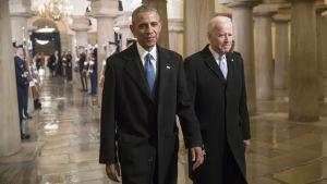 Obama&Biden gående förbi hedersvakt till Trumps installation.