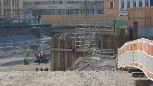 Vy över torgparkeringsbygget, en grävmaskin står i gropen.