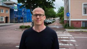 Markus Sundman är köksansvarig för fem kök i Mariehamn. Han tror att intresset för att söka sommarjobb på krog minskat för att branschen är så tuff.