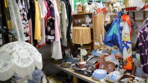 Loppmarknadsbord fyllt med saker.