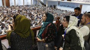 Afghanska kvinnor som deltog i det traditionella stammötet Loya Jirga, kräver att inga beslut som berör det fattas över deras huvud