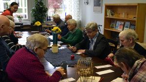 Klienter spelar bingo på dagverksamheten i Ekenäs.