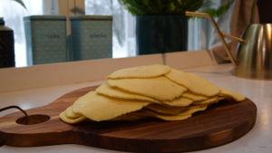 Ogräddade tortillas i ett kök
