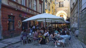 Uteservering i Lvivs historiska centrum.