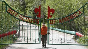 Parkvakten stänger portarna till ett scoutläger som ägs av Boy Scouts of America i Payson, Utah. Organisationen äger bland annat stora läger- och friluftsområden.