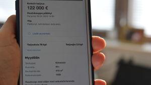 Mobiltelefonskärm som visar en summa, 122 000 euro som högsta bud på en nätauktion. Gäller ett hus.