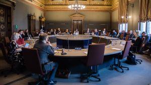 Regeringen har samlats till möte om coronarestriktioner den 3 maj 2020.