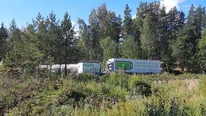 En vit kontainer som innehåller ett batteri som förser invånare med el vid elavbrott i en del av ingå.