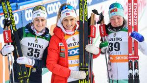 Ebba Andersson, Therese Johaug och Krista Pärmäkoski poserar.