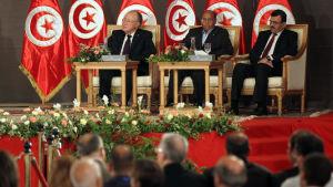 Tunisiska ledare inklusive president Moncef Marzouki (i mitten) och premiärminister Ali Laarayedh sitter och lyssnar under ett möte mellan de styrande islamisterna och oppositionen i oktober 2013.