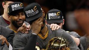 LeBron James i tårar efter NBA-mästerskapet med Ohio.