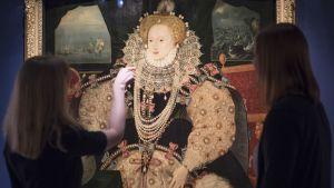 Ett porträtt av den engelska drottningen Elizabeth I. Målningen är från 1590 av en okänd konstnär.