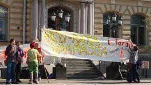 Demonstartion utanför stadshuset i Borgå.
