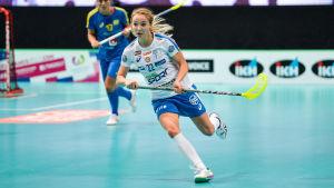 Ella Alanko spelar innebandy för Finlands damlandslag.