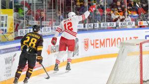 Marko Anttila sträcker armen i luften