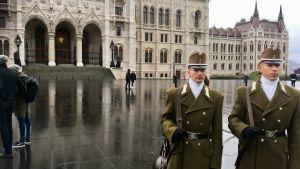 Två vakter utanför den ungerska parlamentsbyggnaden i Budapest.