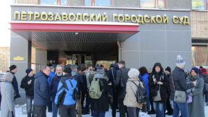 Människor utanför rätten i Petrozavodsk