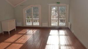 Ett rum där solljuset lyser in och kastar skuggor och ljus i rummet.