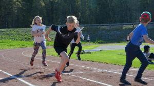 Nathalie Eriksson och Hampus Karell tränar sin växling.