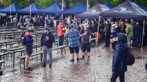 Festivalbesökare på Craft Beer Helsinki. Vädret är regningt.