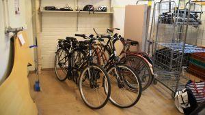 Lojo stads elcyklar förvaras i förrådet i stadshuset.