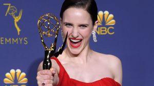 Rachel Brosnahan visar upp sin Emmy.
