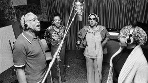 The Staple Singers laulaa studiossa. Arkistokuva dokumenttielokuvasta Mavis!