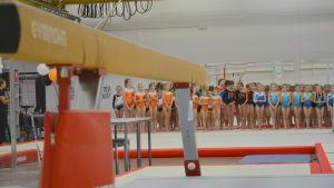 En bom i förgrunden då prisutdelning pågår under tävlingar i redskapsgymnastik i Vasa.