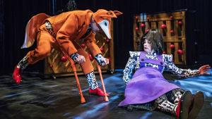 Dennis Nylund och Cecilia Paul som räven och styvmodern i Hans och Greta på Svenska Teatern.