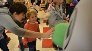 En liten pojke träffar Buu-stämpeln