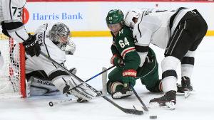 Granlund kämpar om pucken framför Kings mål