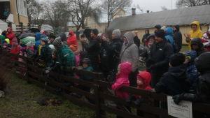 Många barn och vuxna som samlats för att se Maskarnas jul utomhus i Pargas