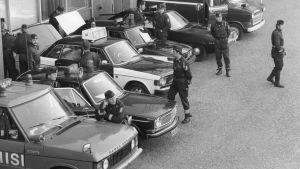 Polisen patrullerar på flygfältet.