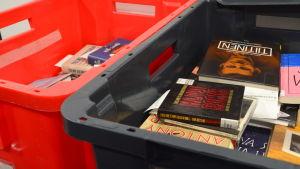Lådor med biblioteksböcker för transport till Helle-bibliotek.