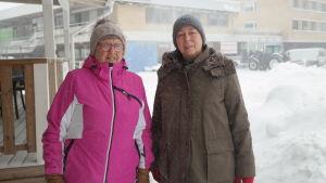 Ilse Hellström och Anna-Lisa Rosenqvist står i snöfall invid Dalsbruks torg